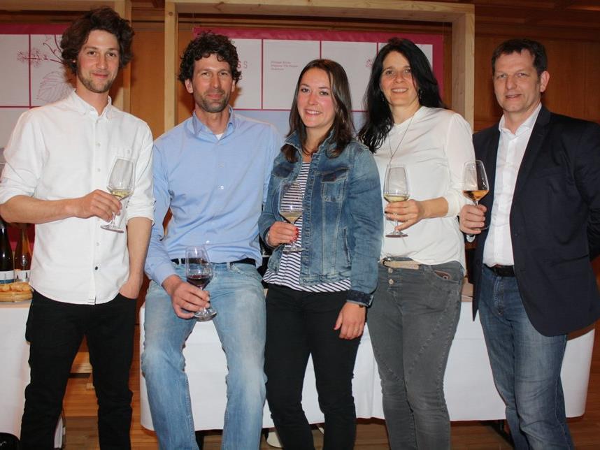 Martin und Andrea Fink (r.) mit den Bodenseewinzern Claudius Haug, Benjamin Lanz und Viola Kress.