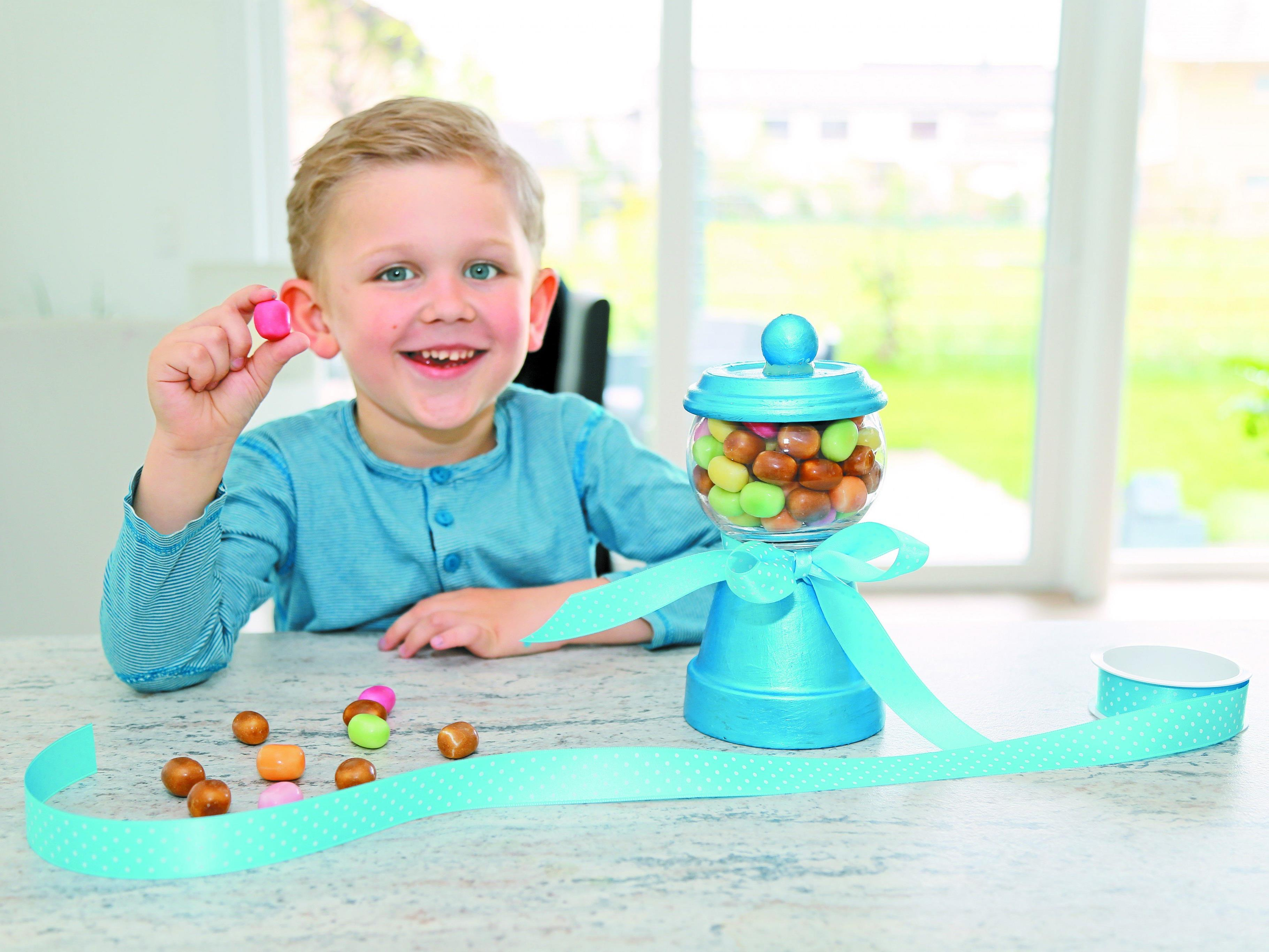 """Jason präsentiert stolz seinen metallic-blauen """"Süßigkeiten-Spender""""."""