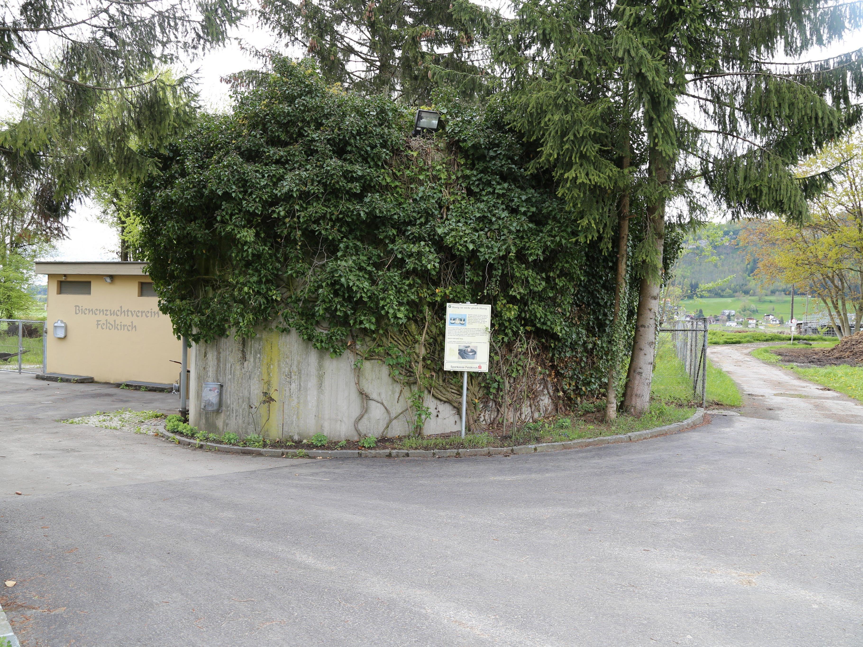 Direkt neben dem Bienenhaus in Tisis steht ein Betonsilo, das vom ortsansässigen Funkenkomitee genutzt werden kann.