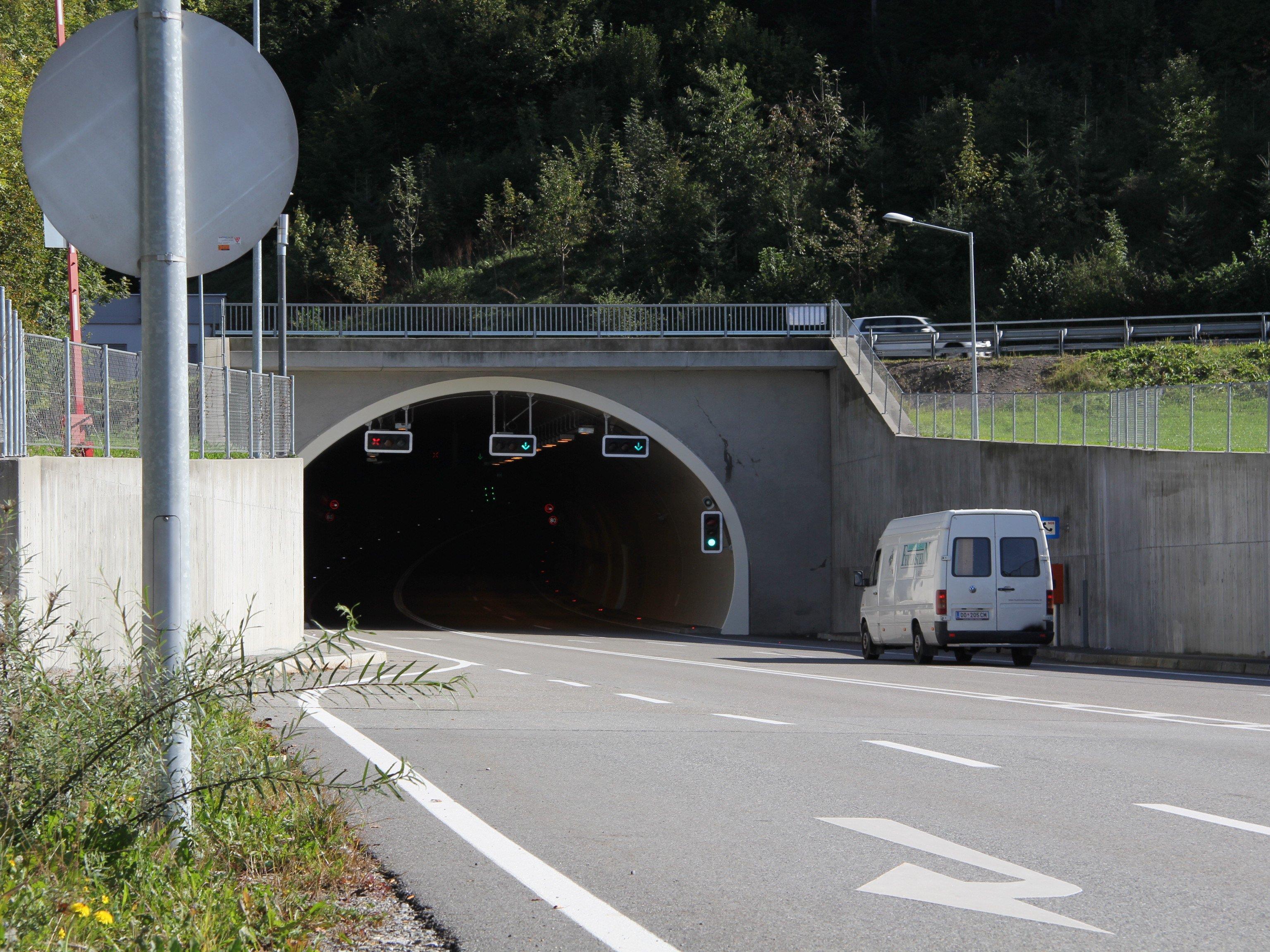 Im Achraintunnel werden derzeit Wartungs- und Reinigungsarbeiten durchgeführt.