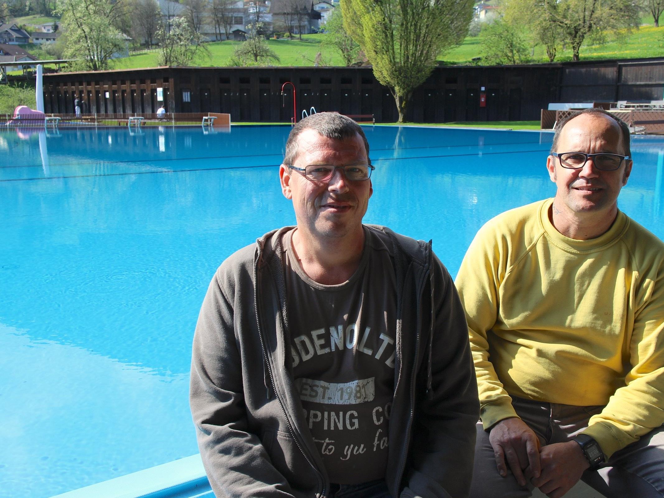 """Die Bademeister Helmut Stelzer und Patrick Hammerle freuen sich auf viele Gäste in der """"Felse""""."""