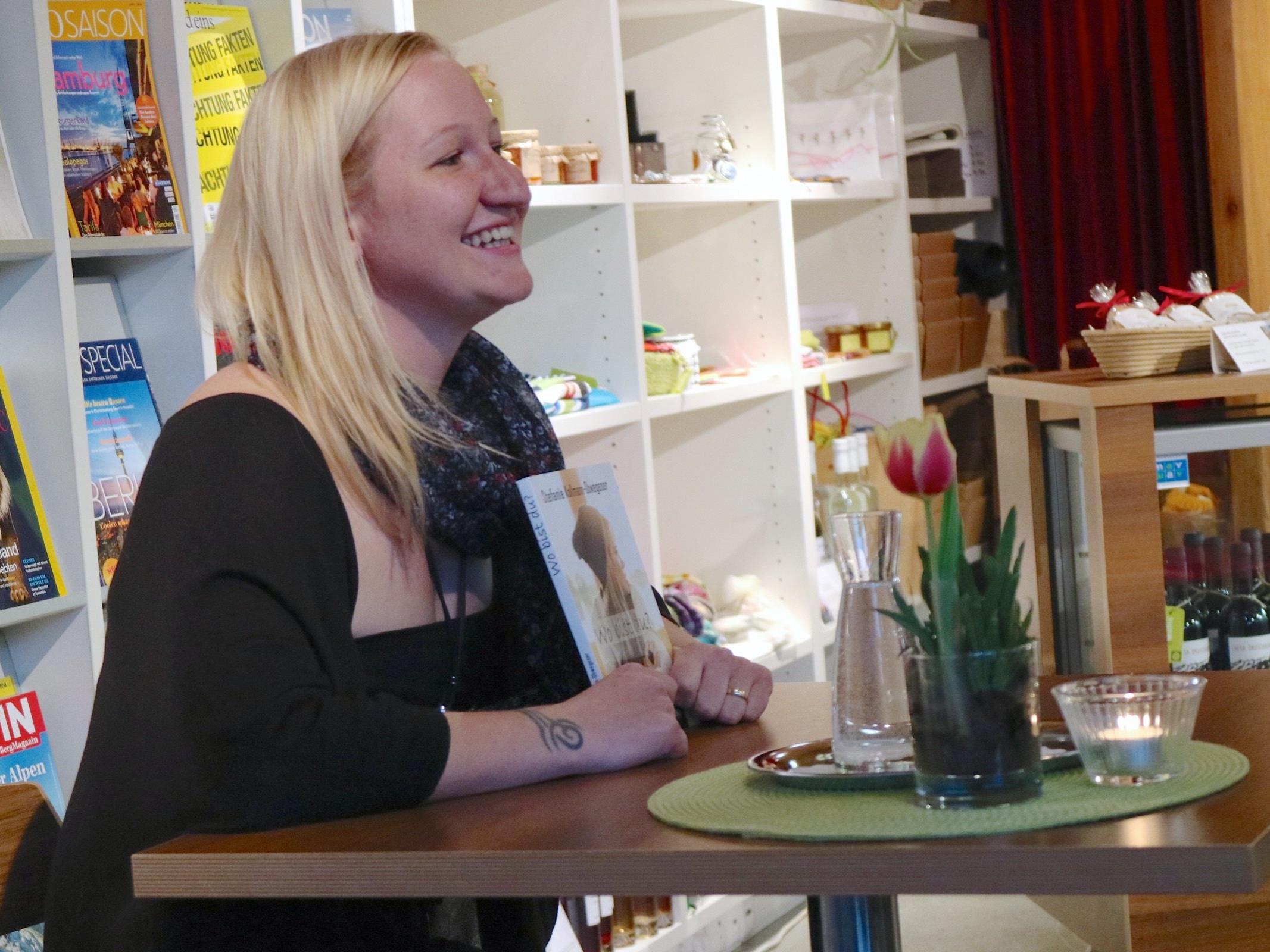 """Stefanie Kollmann-Obwegeser liebt das Schreiben. Im bugo las sie aus ihrem Erstlingswerk """"Wo bist du?"""""""