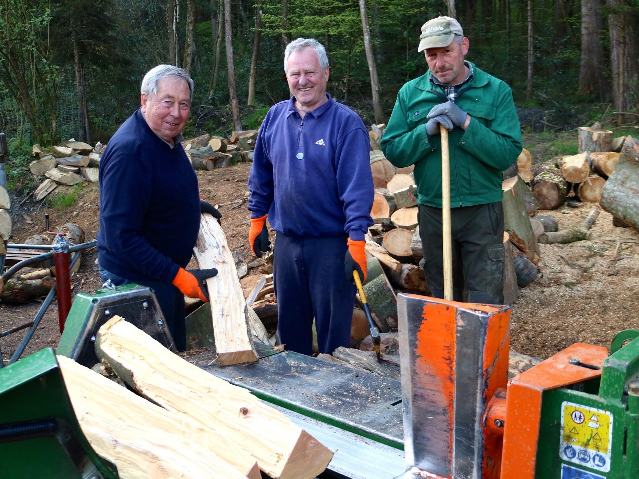 Sehr oft sind Obmann Herbert Zelzer, Obmann Stv. Michael Gut jun. und Erwin Sonderegger bei der Holzarbeit anzutreffen.