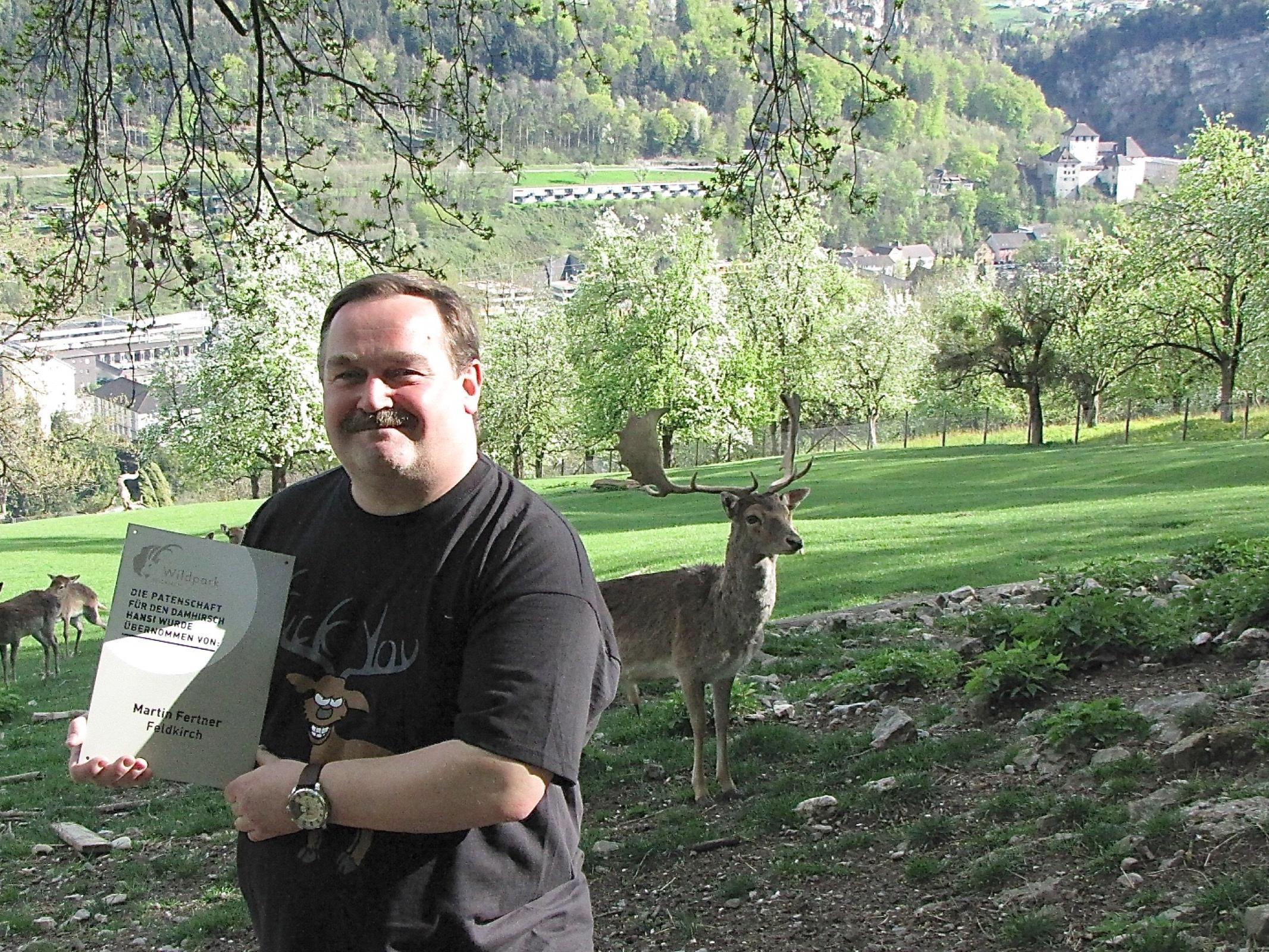 """Matin Fertner aus Altenstadt hat den Damhirsch """"Hansi"""" ins Herz geschlossen und ist sein neuer Götte."""