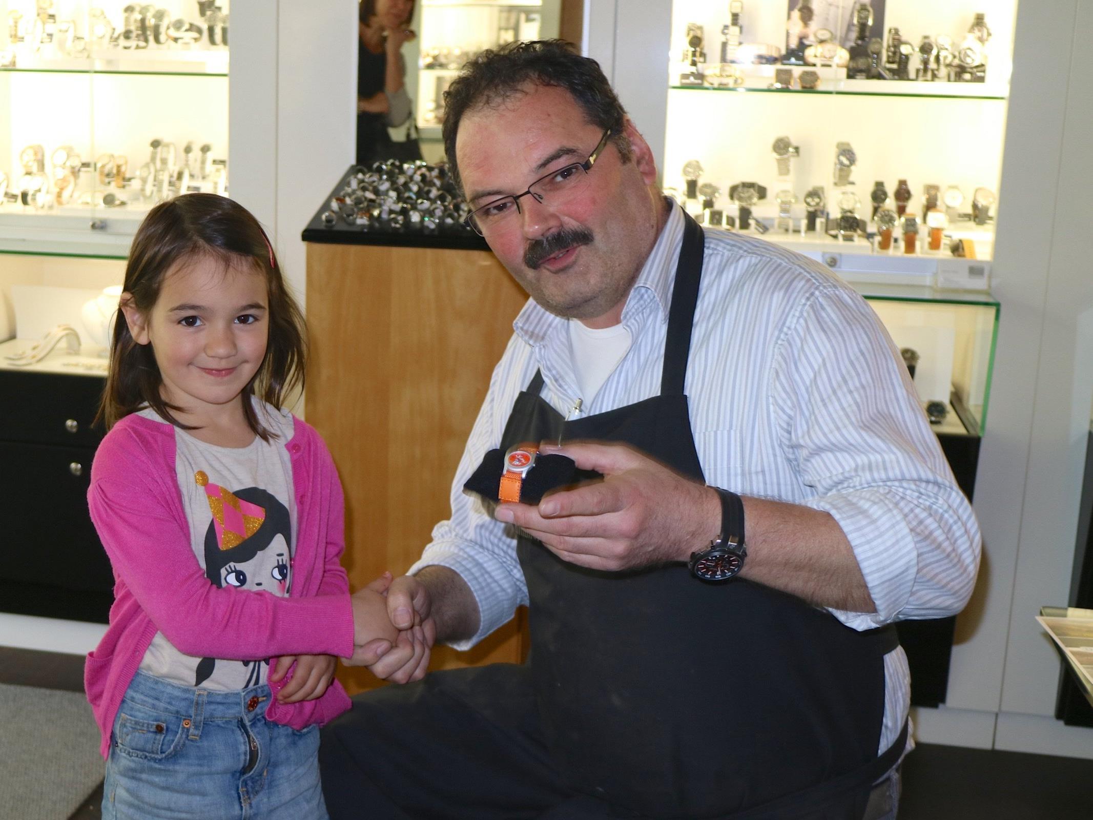 Ortsvorsteher Fredy Himmer durfte der fünfjährigen Carla Magalotti aus Tosters die coole Kinderuhr für das Siegerbild überreichen.