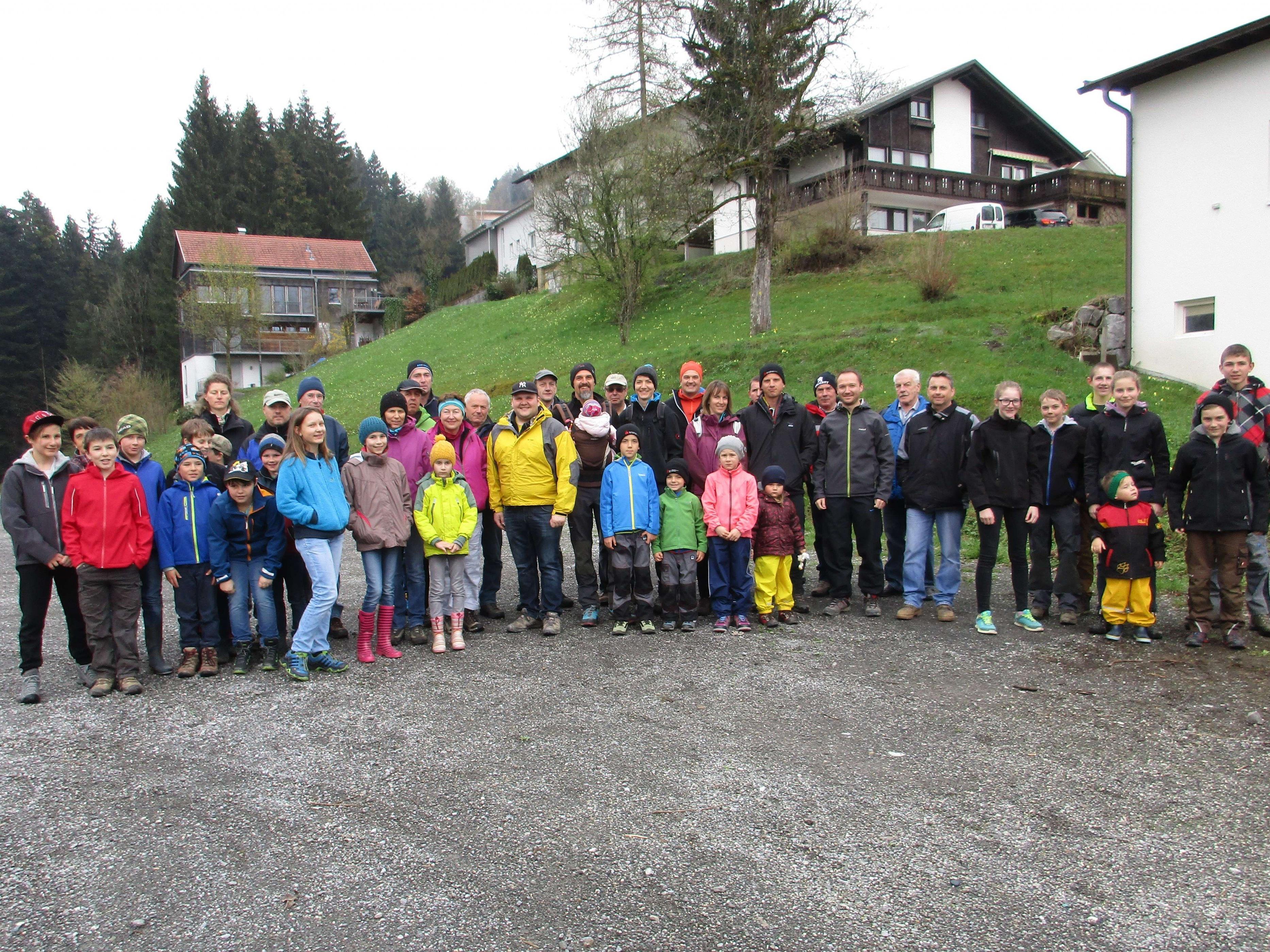 Die freiwilligen Helfer fanden sich am Samstagnachmittag beim Bauhof ein.