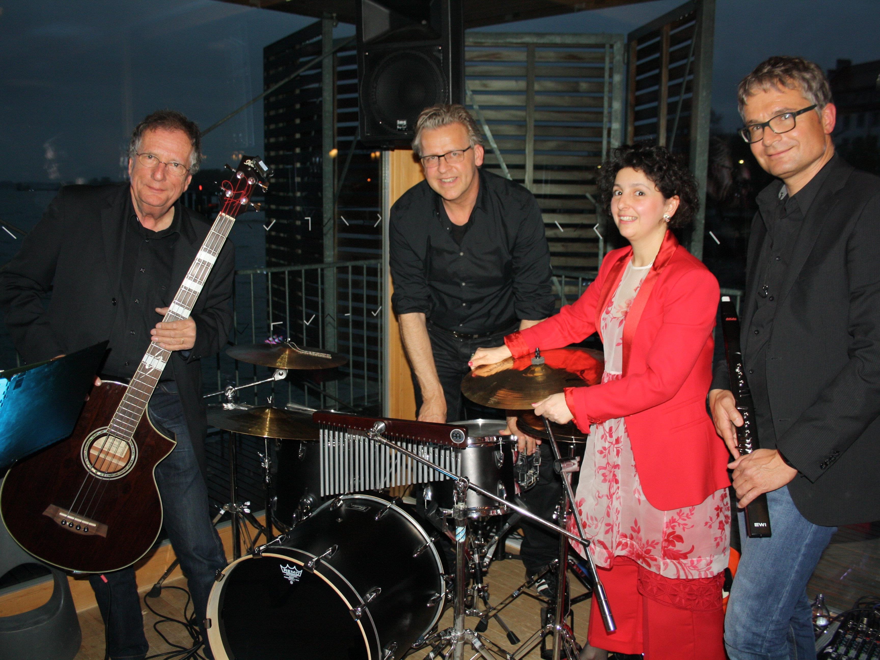 """Peter Barth (Bass), Roland Gütt (Drums), Marina Raidt-Altunashvili (Piano/Gesang) und Markus Kaulingfrecks (Quer-Synthiflöte) sorgten beim letzten """"Jazz am See""""-Event"""" am Kaiserstrand für beste Stimmung."""