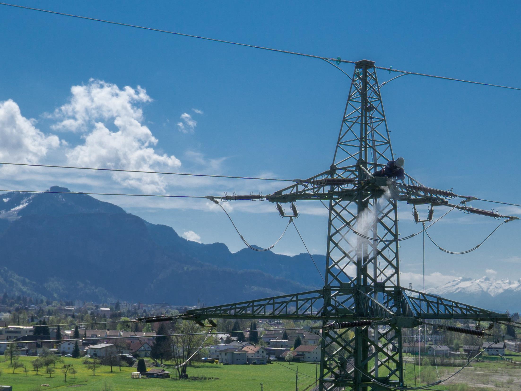 Wartungsarbeiten am Strommasten - Ein Job in luftiger Höhe.