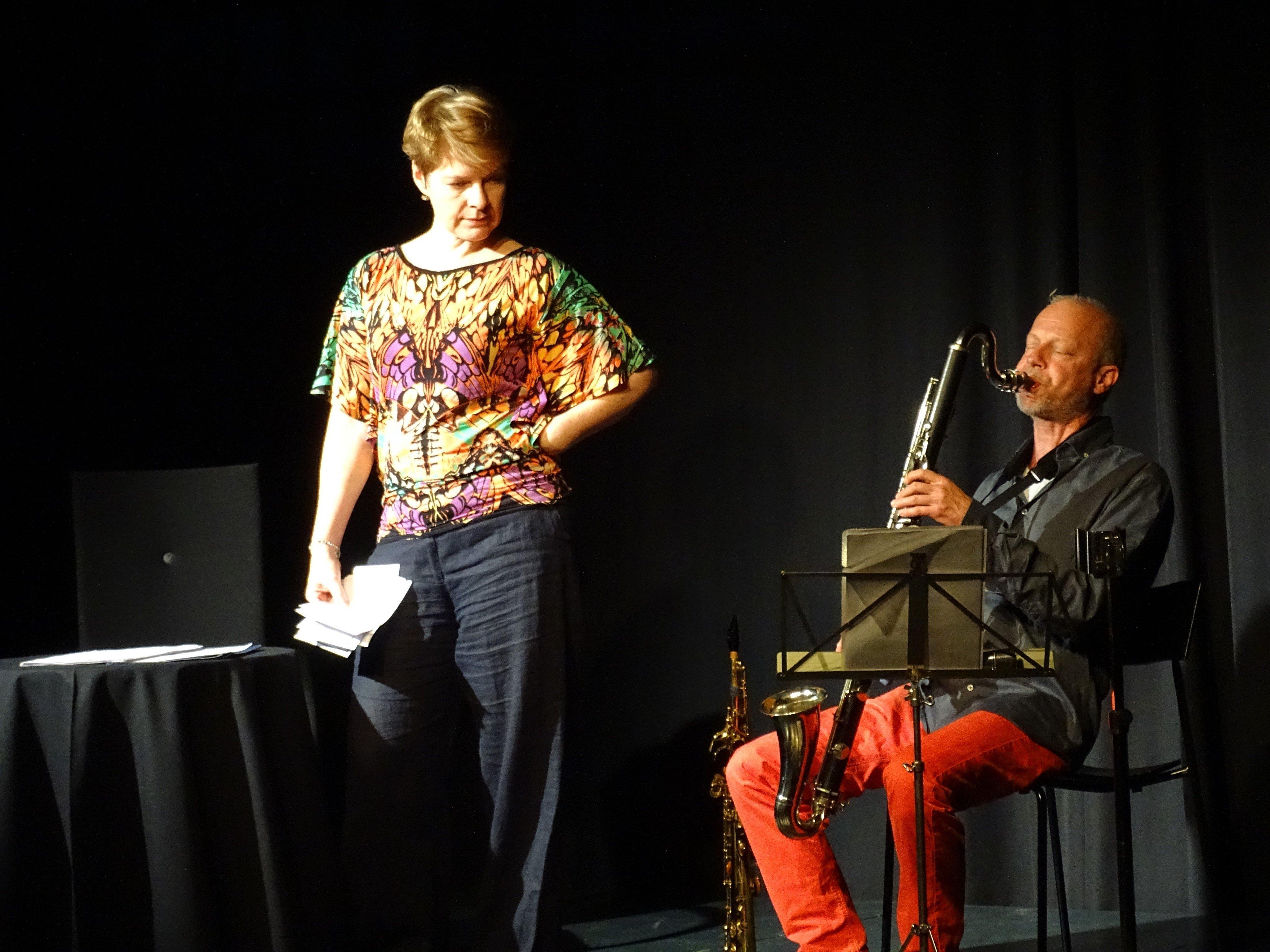 Dorrit Aniuchi und Markus Gsell warfen bei ihrer szenischen Lesung mit Musik einen humorvollen Blick auf das Dickicht zwischenmenschlicher Beziehungen.