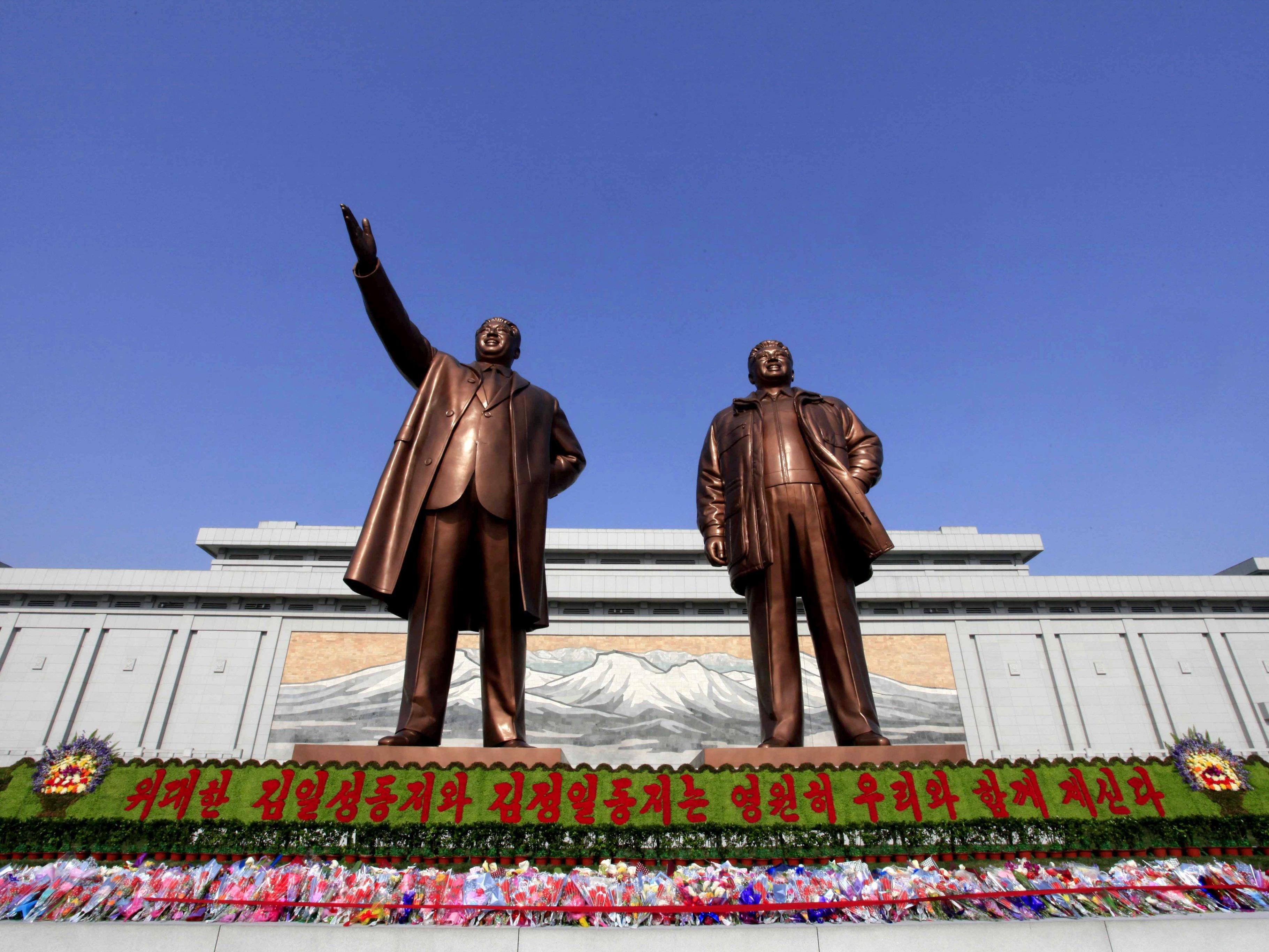 Riesige Bronzestatuen der ehemaligen Führer Kim Jong Il und Kim Il Sung