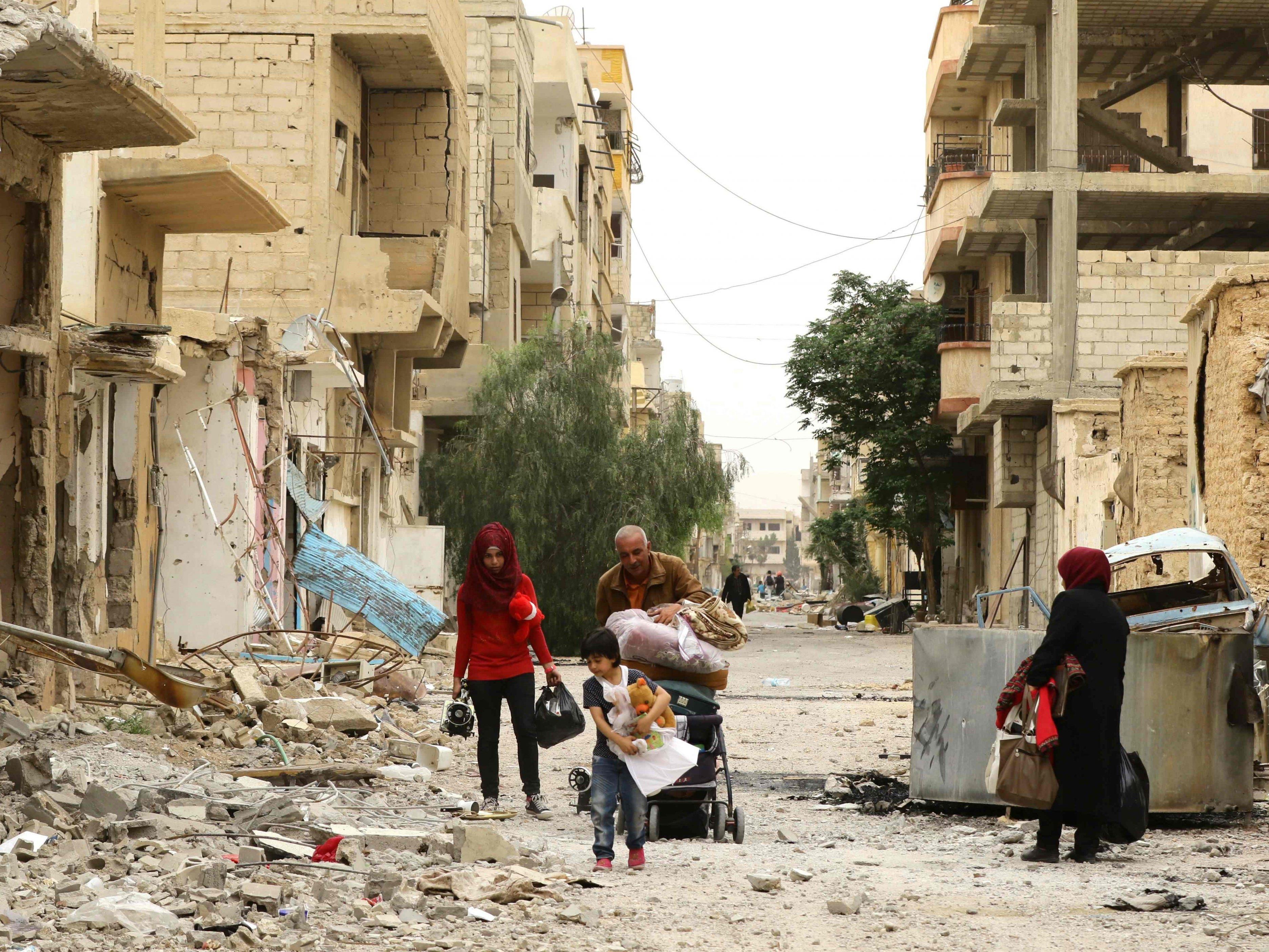 Syrer kehren in die zerstörte Stadt Palmyra zurück.