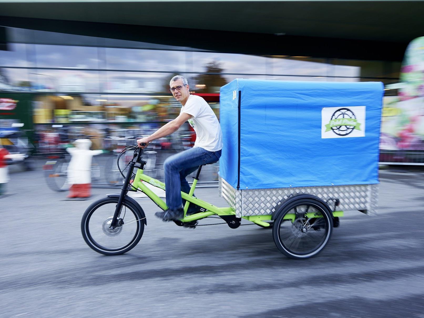 """""""Von kleinen Paketen angefangen, kann ich bis 250 Kilogramm eigentlich alles per Fahrrad ausliefern"""", erklärt Pedalpirat Ralph Hollenstein."""