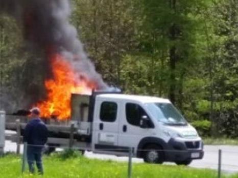 Pritschenwagen begann während Fahrt auf S16 zu brennen.