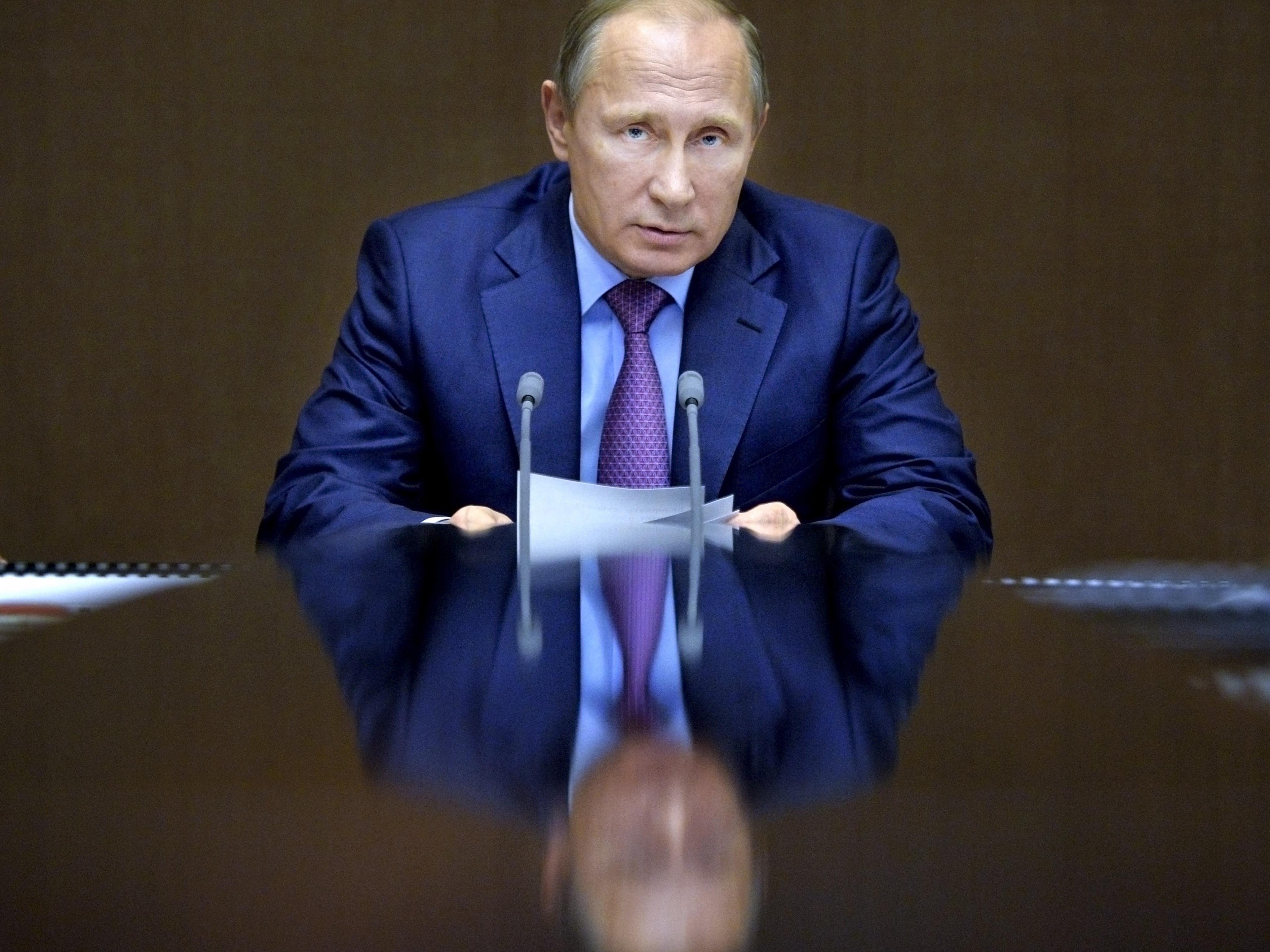 Wer in Moskau aber mit Medien Geld verdienen will, schweigt am besten zu Politik, denn deren Darstellung wird von Putins Staat fast vollständig kontrolliert.