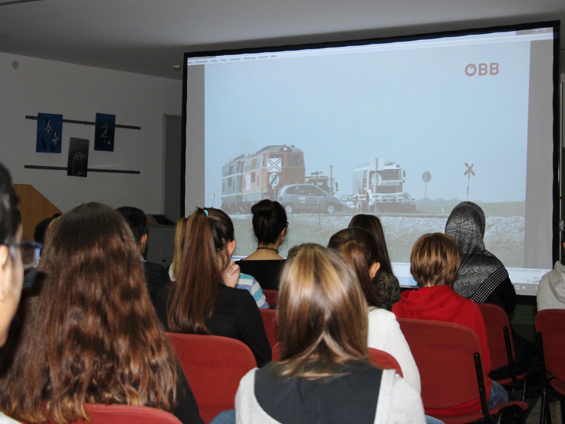 220 Schülerinnen und Schüler verfolgten den spannenden Sicherheitsvortrag der ÖBB in Gisingen.