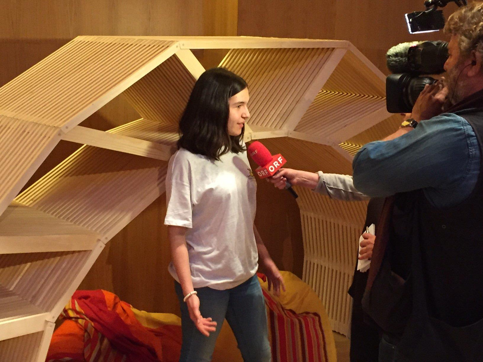 Johanna erklärt das Werk für den ORF