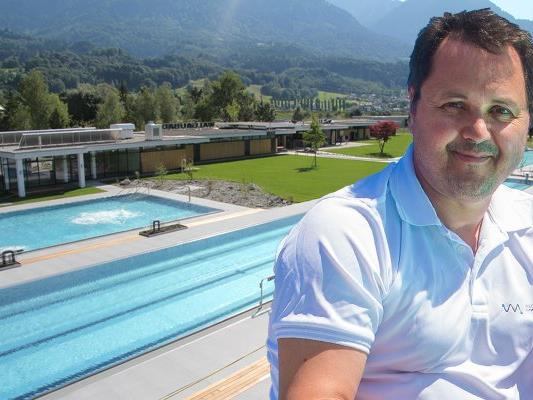 Geschäftsführer Oliver Tschabrun öffnete das Walgaubad bereits am 17. April für Badegäste.
