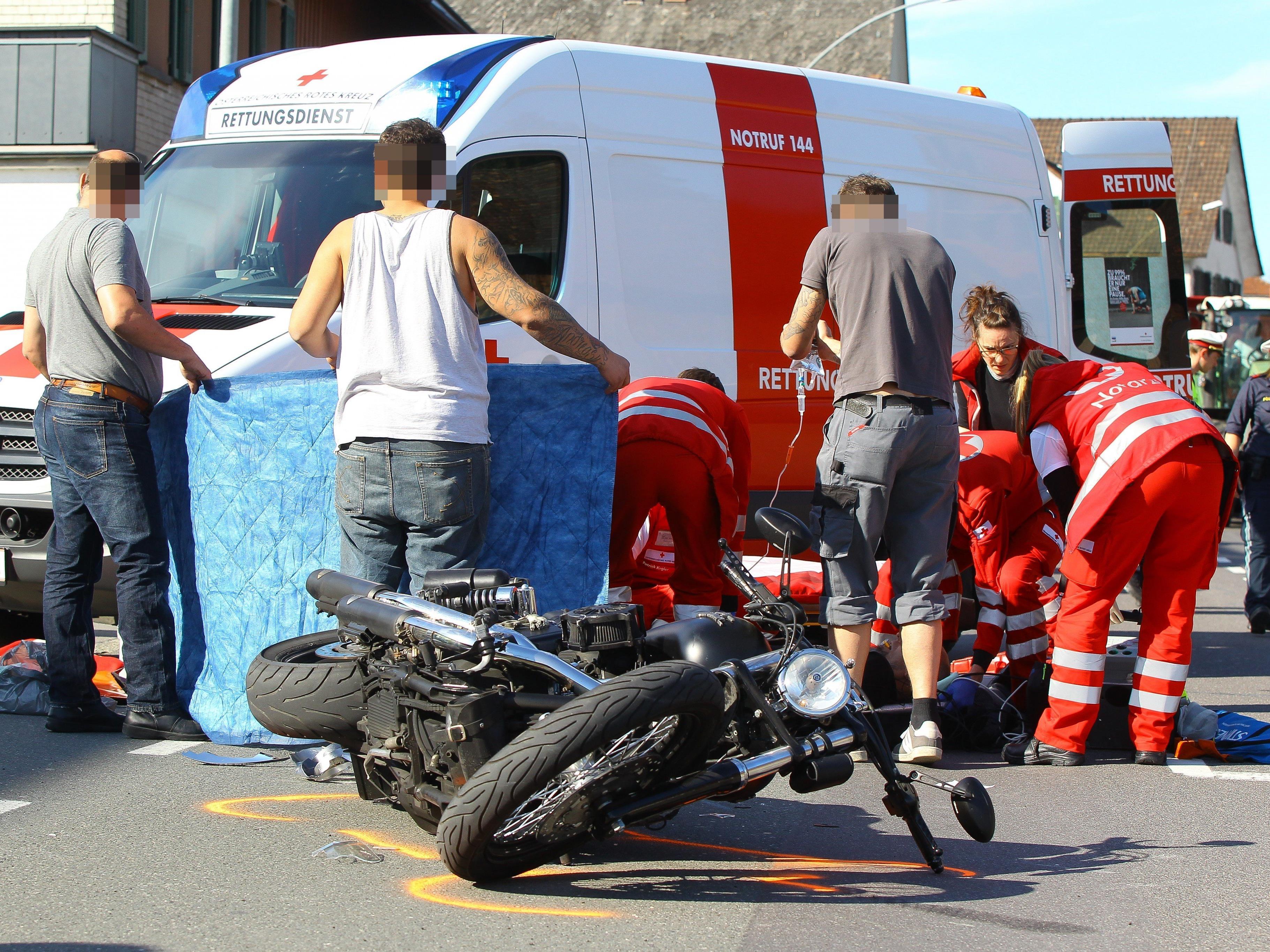 Der Motorradfahrer wurde schwer verletzt.