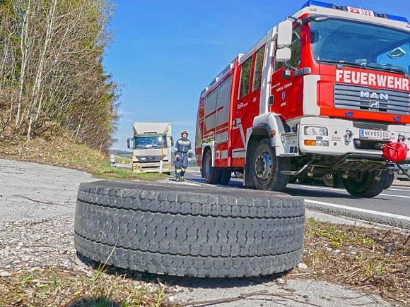 Auf der A2 verlor ein Lkw zwei Reifen