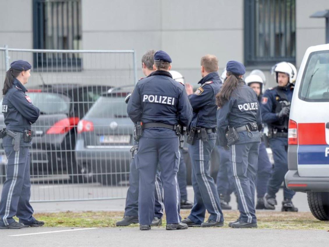 Nach dem Spiel wurden Polizeibeamte mit Steinen beworfen.