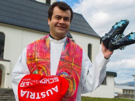 Messgewand und Fußballschuhe? Für Pfarrer Cristian Anghel absolut kein Widerspruch.