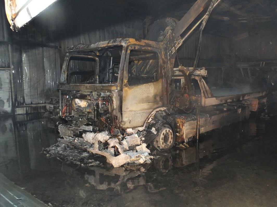 . Die Einstellhalle brannte total aus.