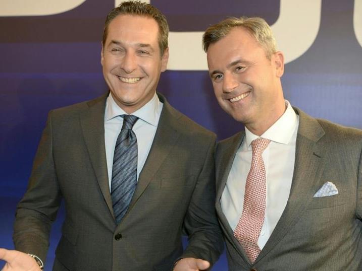 Strahlten um die Wette: HC Strache und Norbert Hofer.