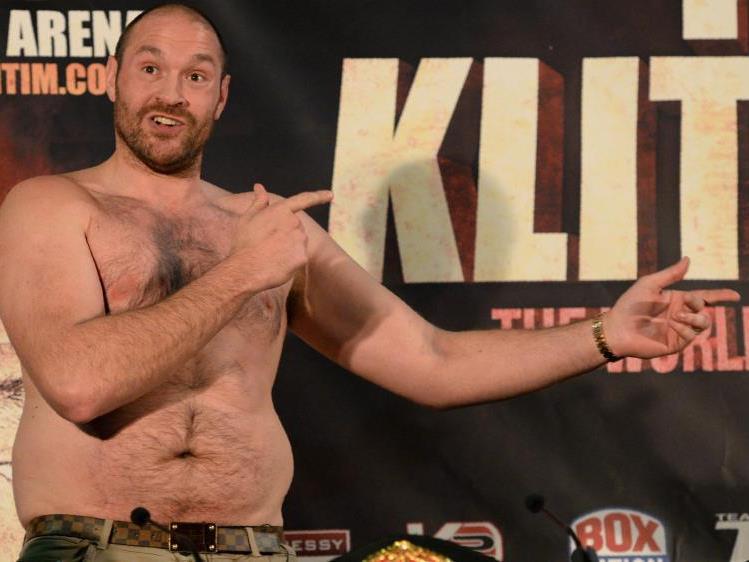 Fury präsentierte bei der Pressekonfrenz seinen noch nicht ganz durchtrainierten Oberkörper