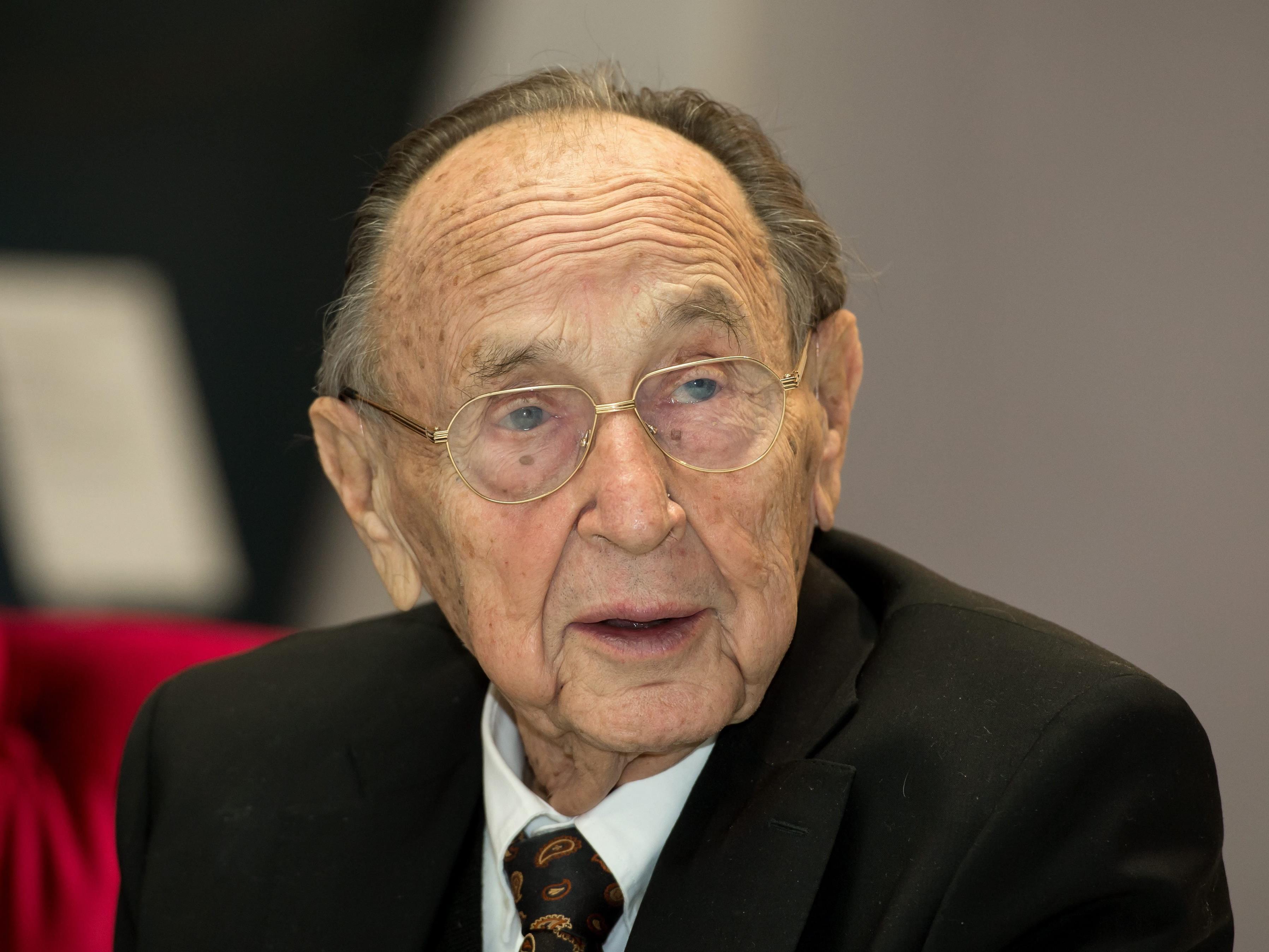 """Hans-Dietrich Genscher im November 2015, als er in München mit dem """"Querdenker-Preis"""" ausgezeichnet wurde."""