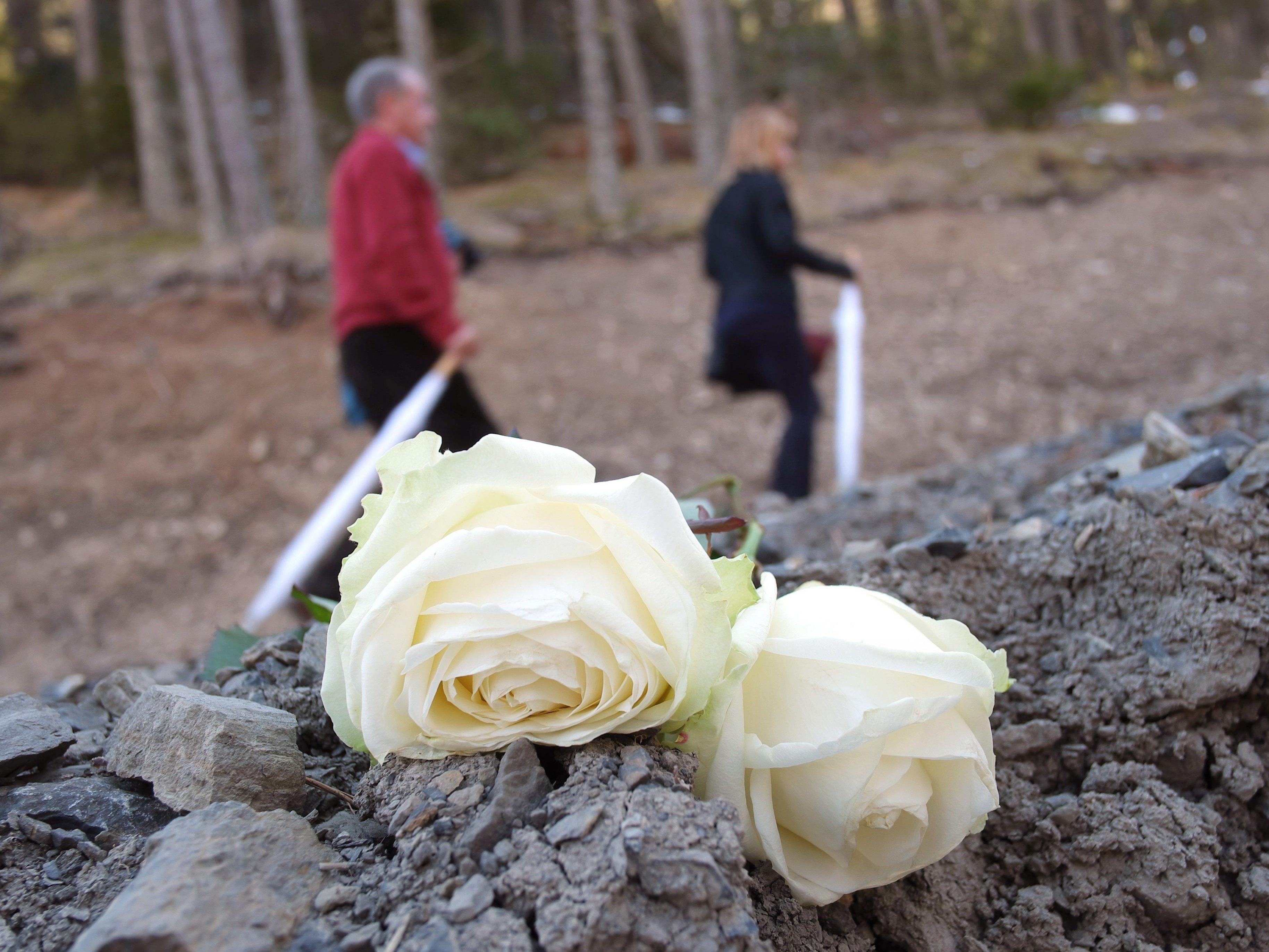 Zum Jahrestag des Germanwings-Absturzes hatten am 24. März in der nahe der Absturzstelle hunderte Hinterbliebene ihrer getöteten Angehörigen gedacht.