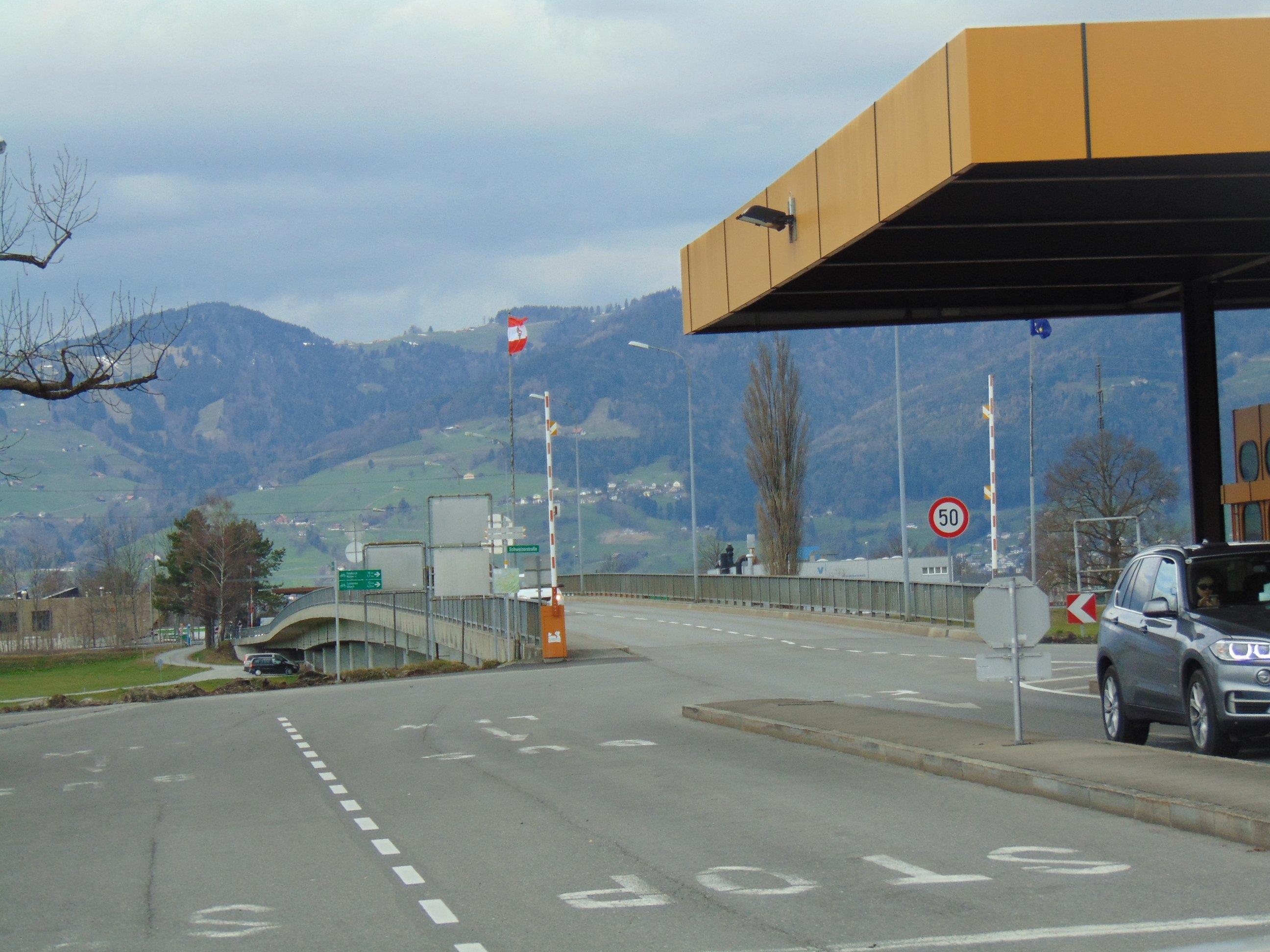 Die neue Österreich-Flagge weht nun über der Rheinbrücke zwischen Mäder und Kriessern.