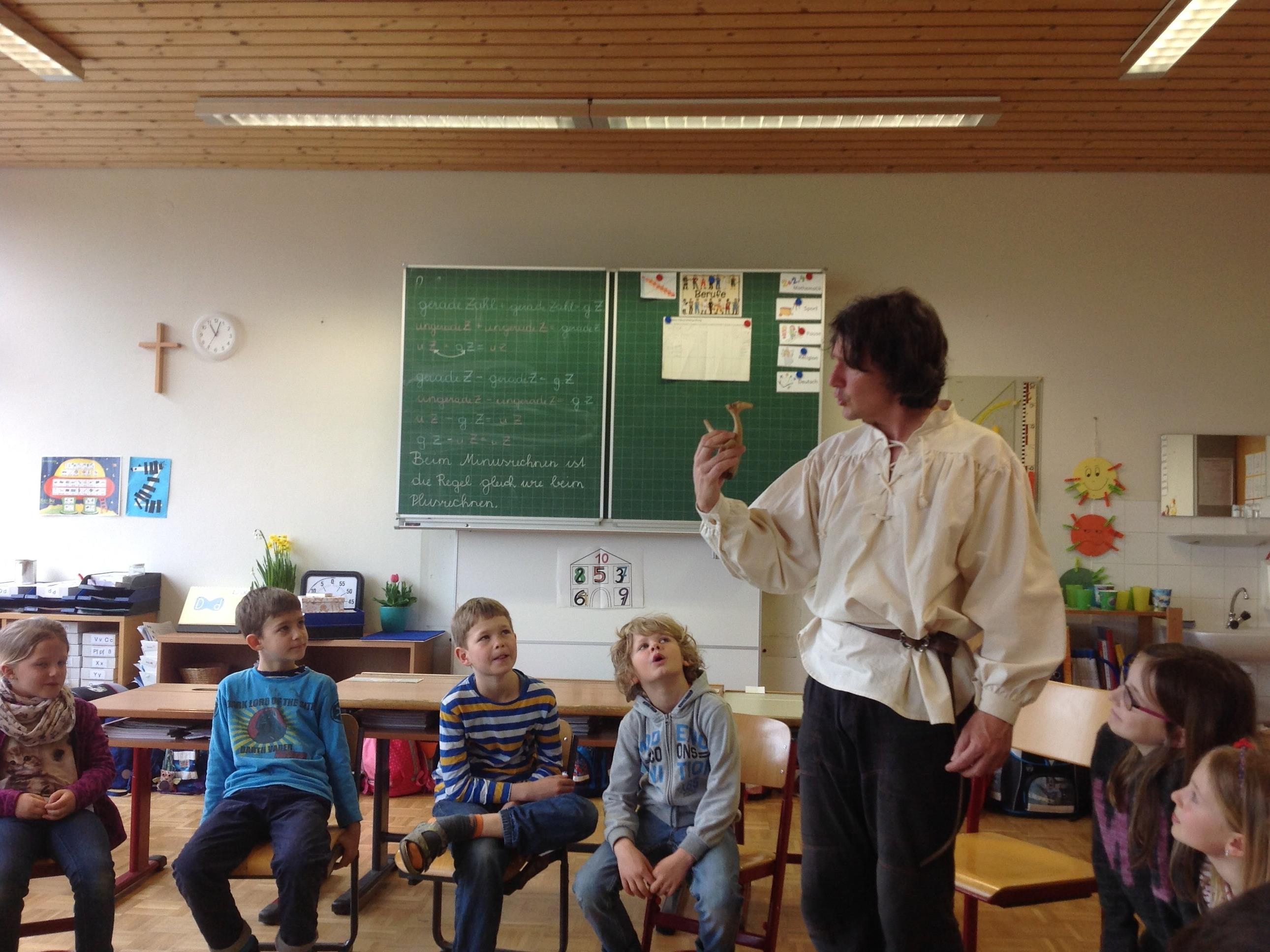 Märchenerzähler Riku begeistert die Kinder