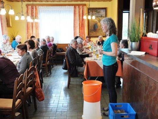 Diätologin Frau Sonja Holzknecht beim Sattaaser Mittagshock im Gasthaus Stern