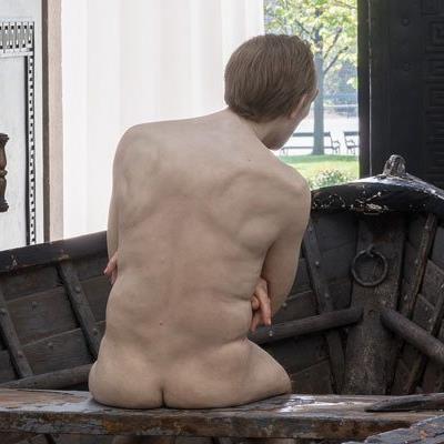 Ein Boot als Metapher: Ron Muecks nackter Mann im Theseustempel