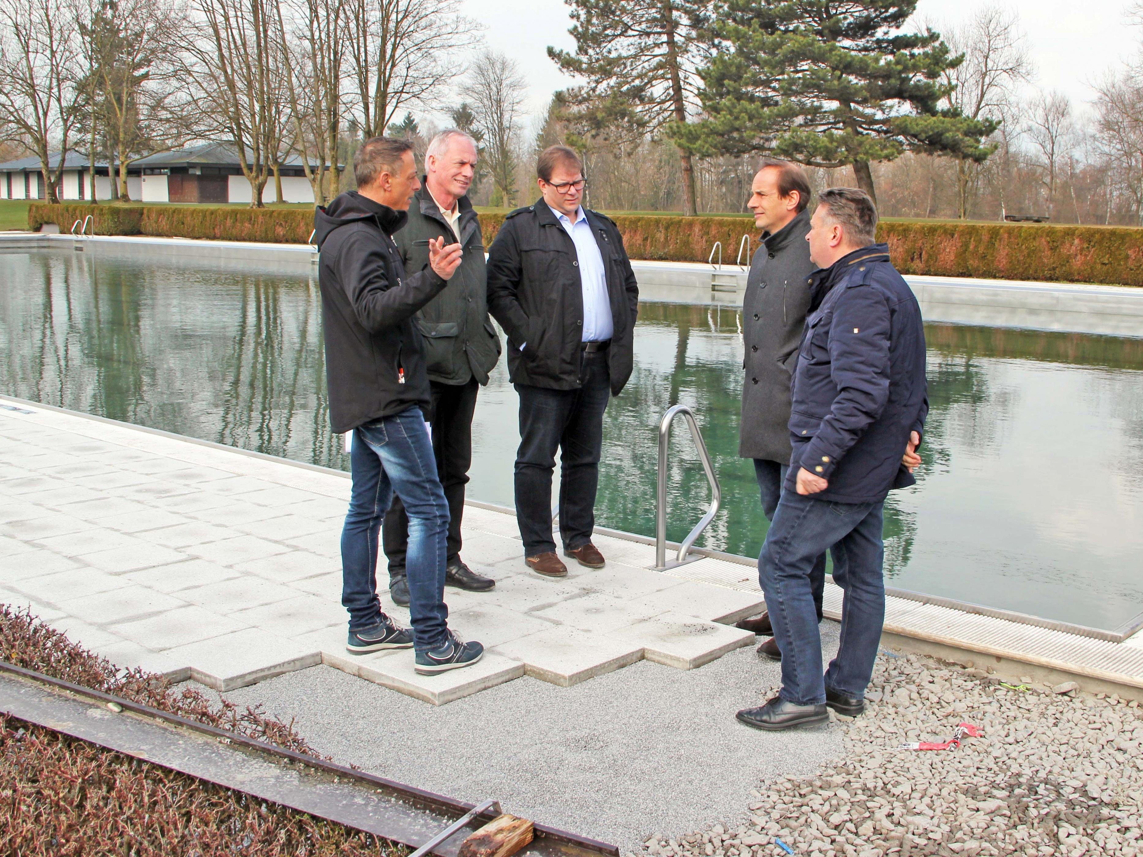 Die Bürgermeister der umliegenden Gemeinden machen sich vor Ort ein Bild über den Fortschritt der Arbeiten im Erholungszentrum Rheinauen in Hohenems.