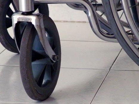 Für die Behinderung wird in der Klage ein Landeskrankenhaus verantwortlich gemacht.