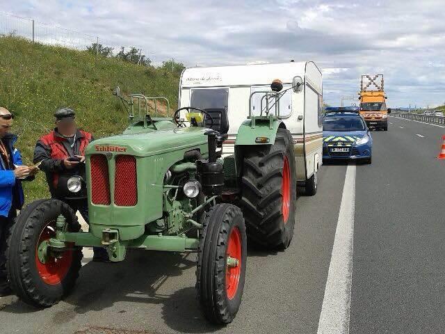 So ein Traktor mit Wohnanhänger auf der Autobahn fällt auf.