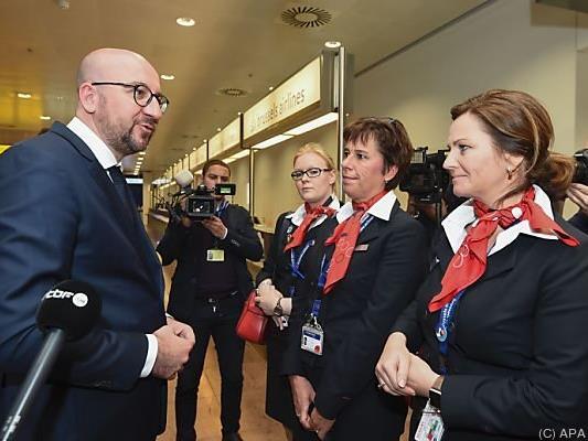 Premier Charles Michel mit Flughafenpersonal