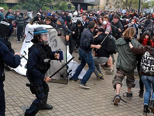 Die Auseinandersetzungen enden teils gewalttätig