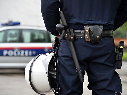 Polizisten nahmen den Einheimischen fest