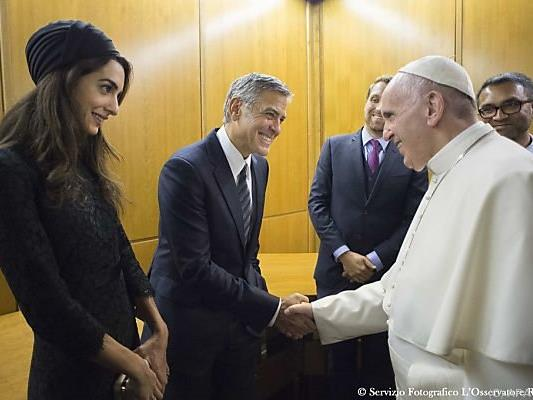 Papst Franziskus traf George Clooney und dessen Frau Amal
