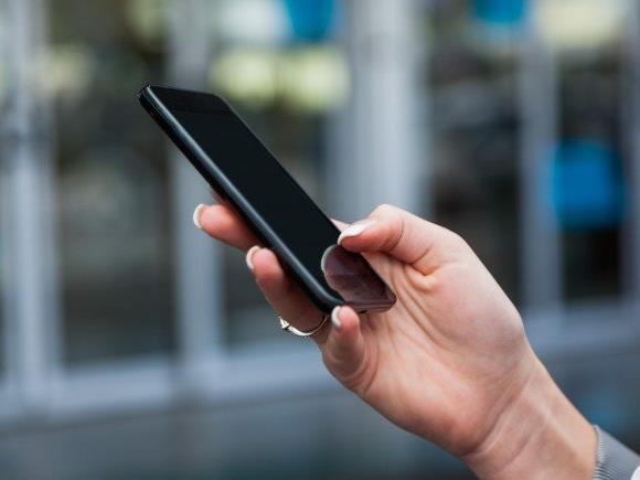 Durch den Einsatz von elektronischem Papier wird versucht, das Cover als zusätzlichen Bildschirm zu nutzen. (Symbolbild)