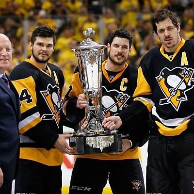 Pittsburgh-Kapitän Crosby mit der Prince of Wales Trophy