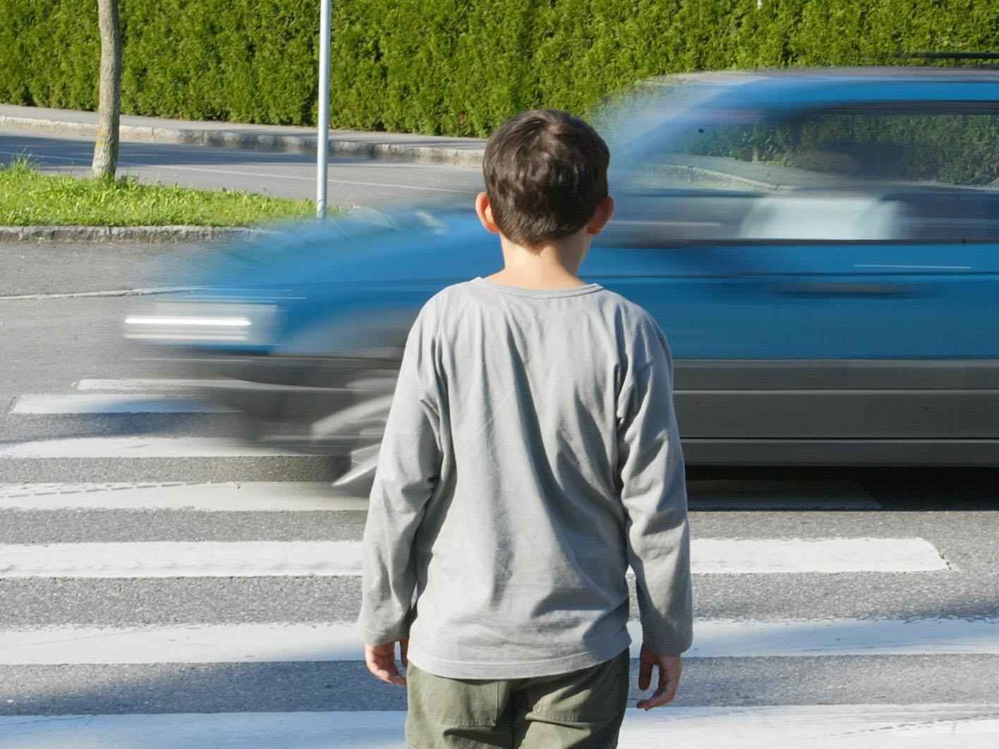 Der Autofahrer fuhr mit überhöhter Geschwindigkeit über den Schutzweg.