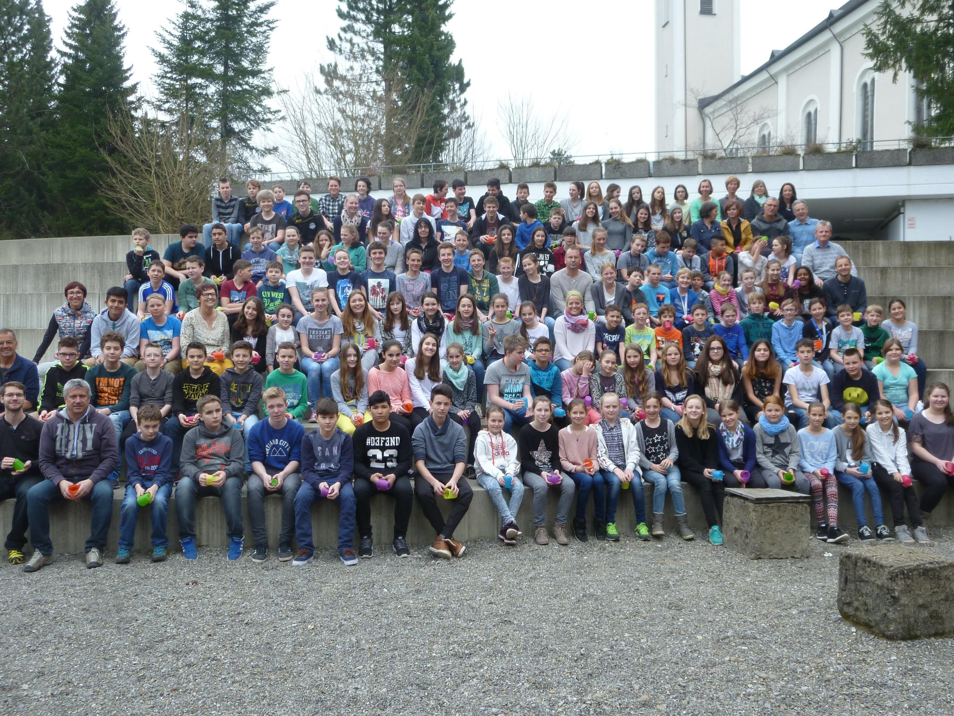 Schüler und Lehrer der Mittelschule Alberschwende freuen sich auf zahlreichen Besuch bei der Jubiläumsfeier.
