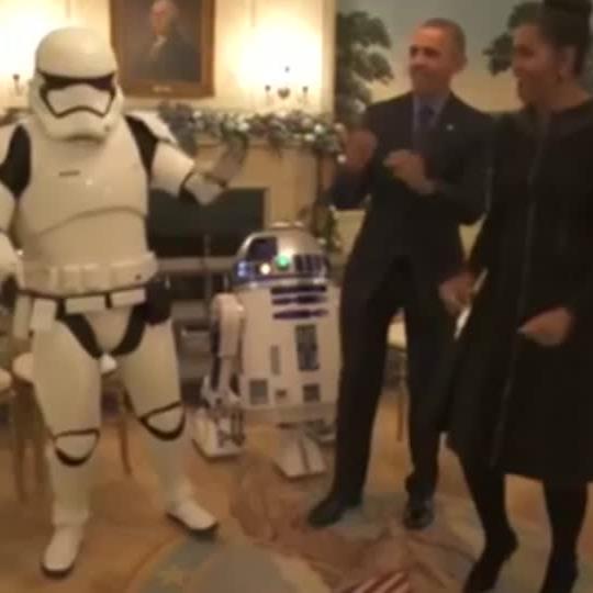 """Die Obamas wagen am """"Star Wars Day"""" ein Tänzchen mit R2D2."""