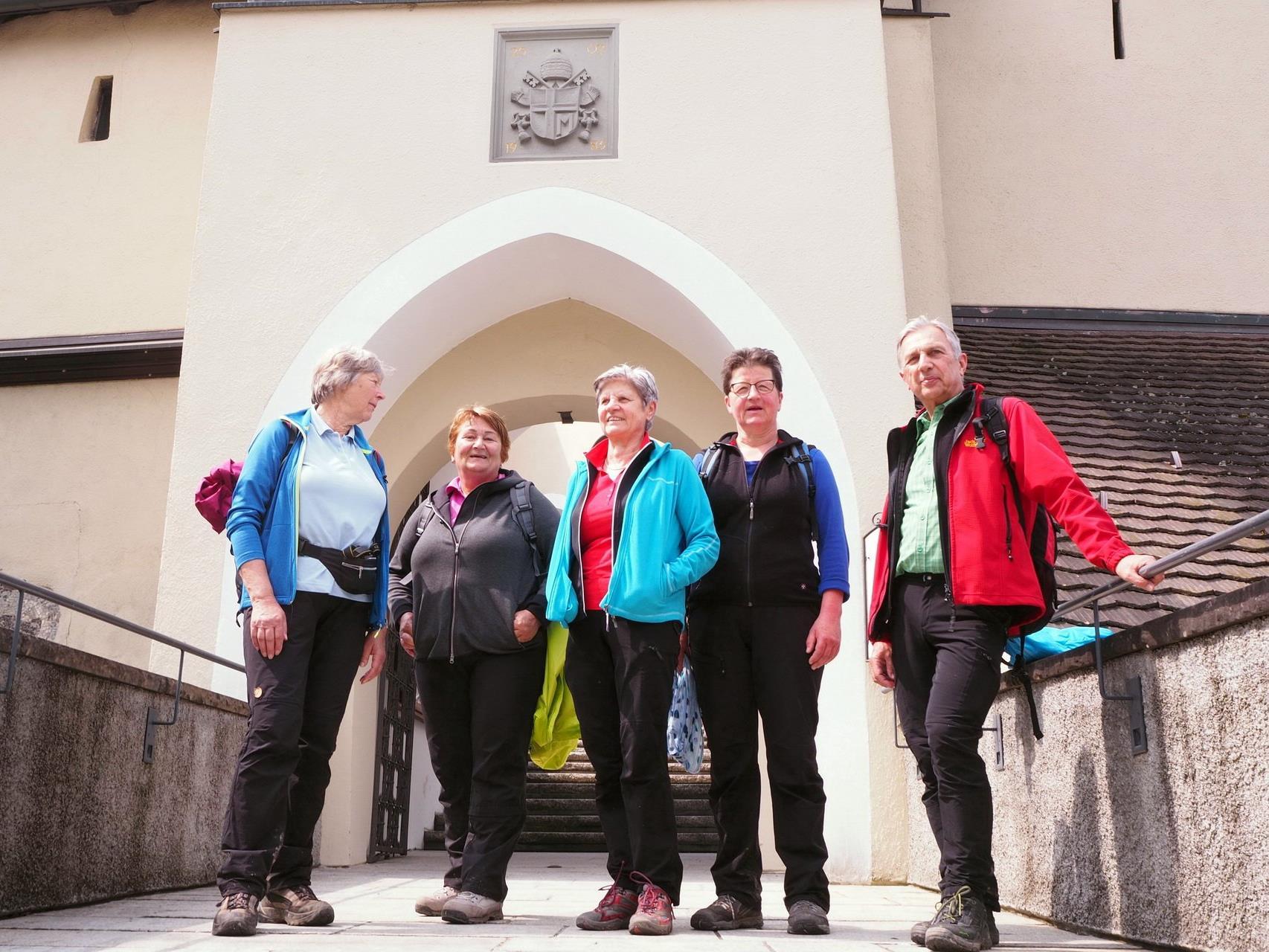Ludescher Senioren vor der Basilika Rankweil