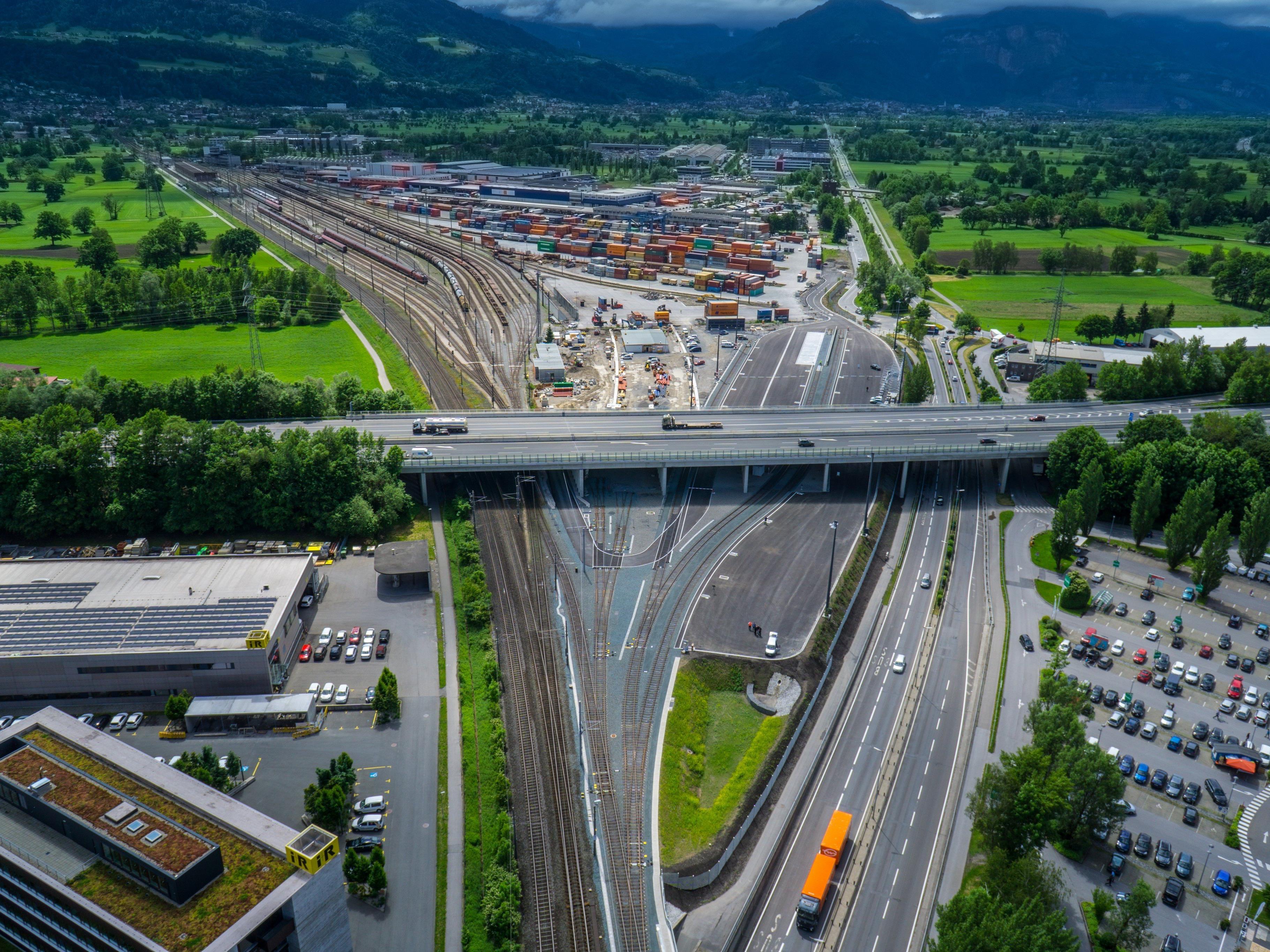 Ab 1. Juni erste moderne Anlage für Güterumschlag zwischen Lkw und Güterwaggons in Betrieb.