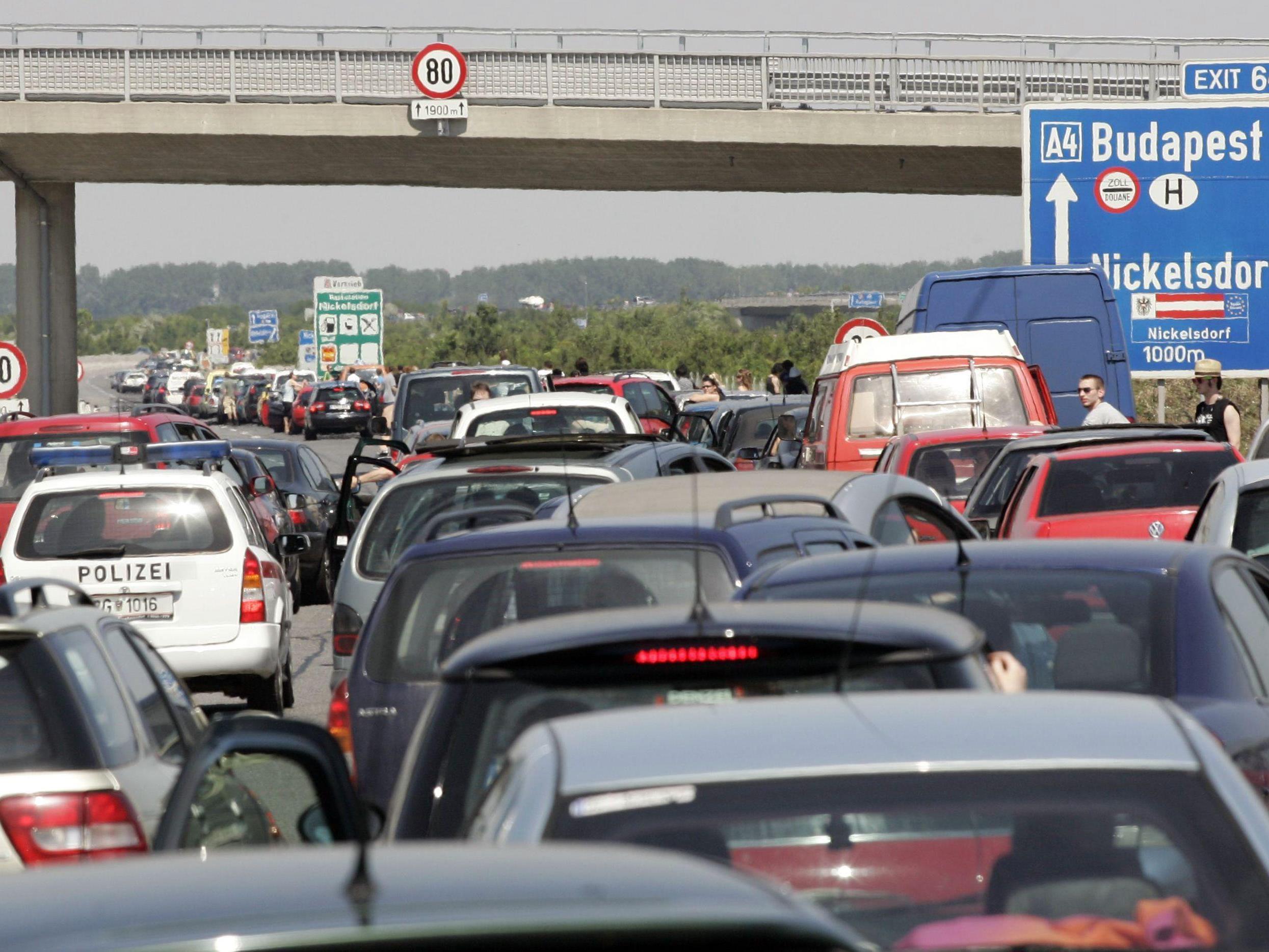 Stau und starker Verkehr vor dem verlängerten Wochenende.