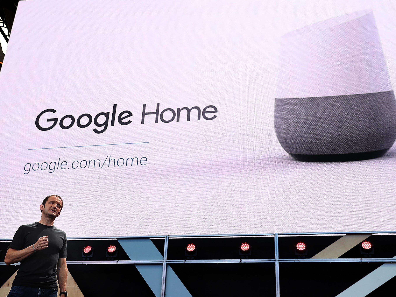 Der Google-Vizepräsident stellt Google Home vor.